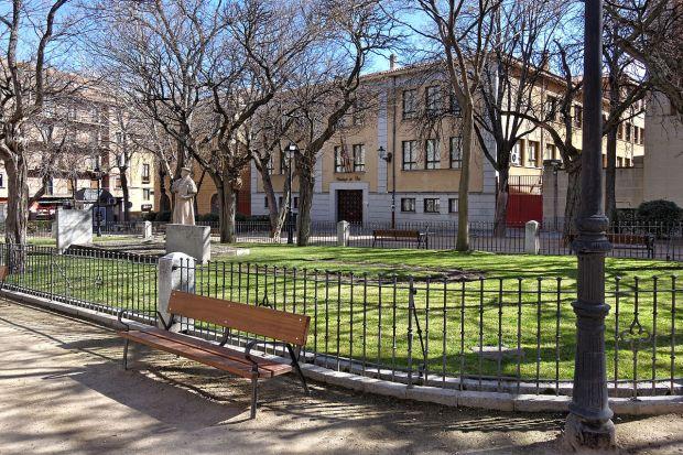1280px-Segovia_-_Plaza_del_Doctor_Laguna_-_112231